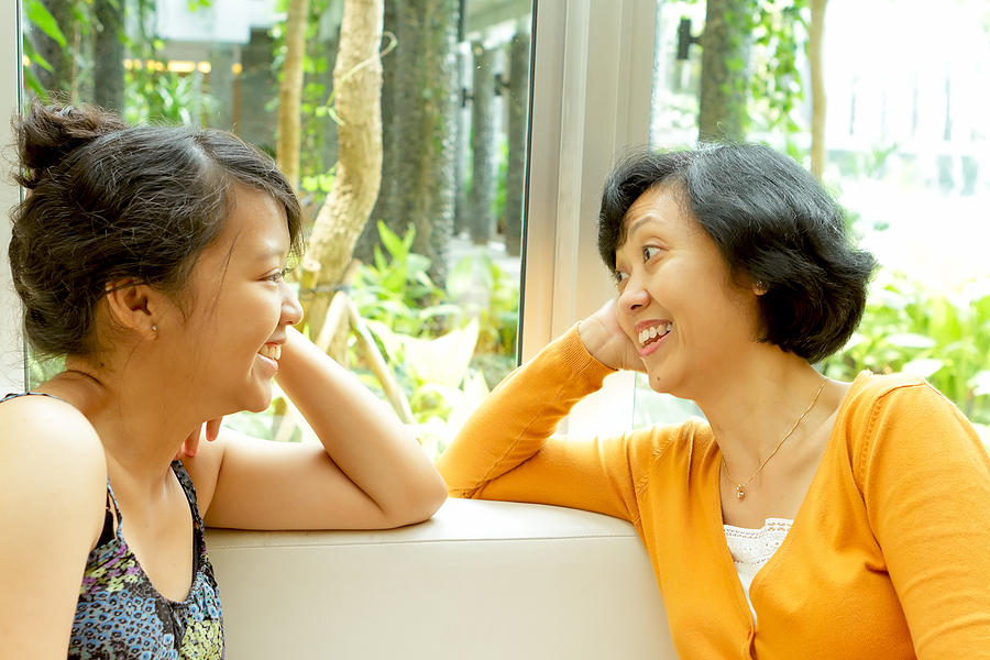 asian_mother_and_daughter_talking-happy.jpg - 577.56 kb